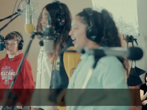 """El tema musical """"Rompiendo barreras"""" ha sido elaborado por el Consejo de Participación de Infancia y Adolescencia de Fuenlabrada con el objetivo de promover la protección de la infancia y la adolescencia."""